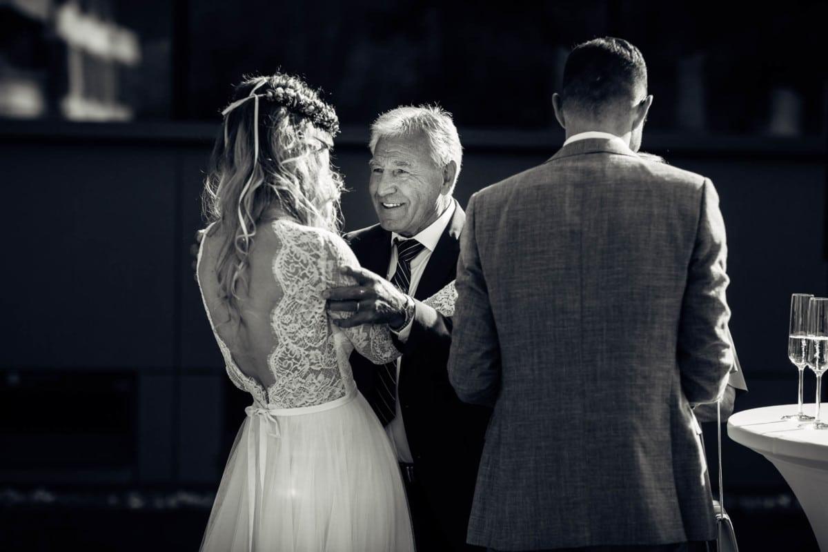 Gast gratuliert dem Brautpaar