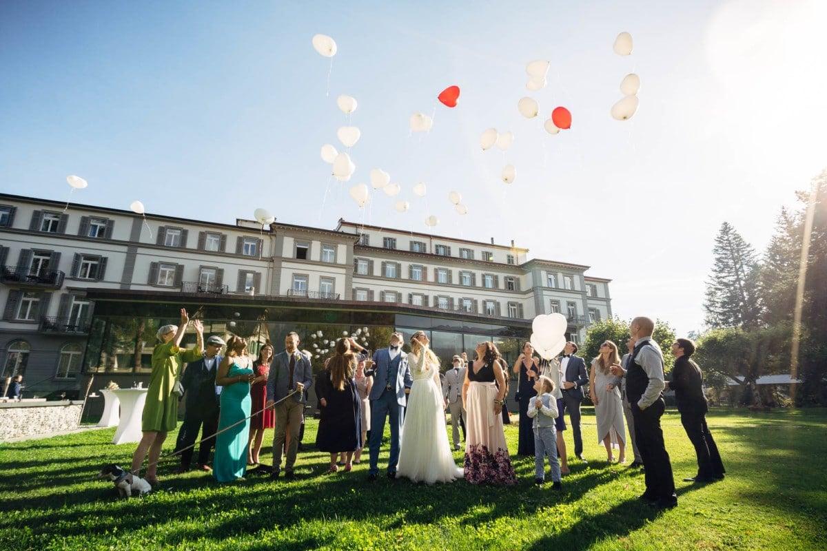 Ballone steigen lassen an Hochzeit Waldhaus Flims