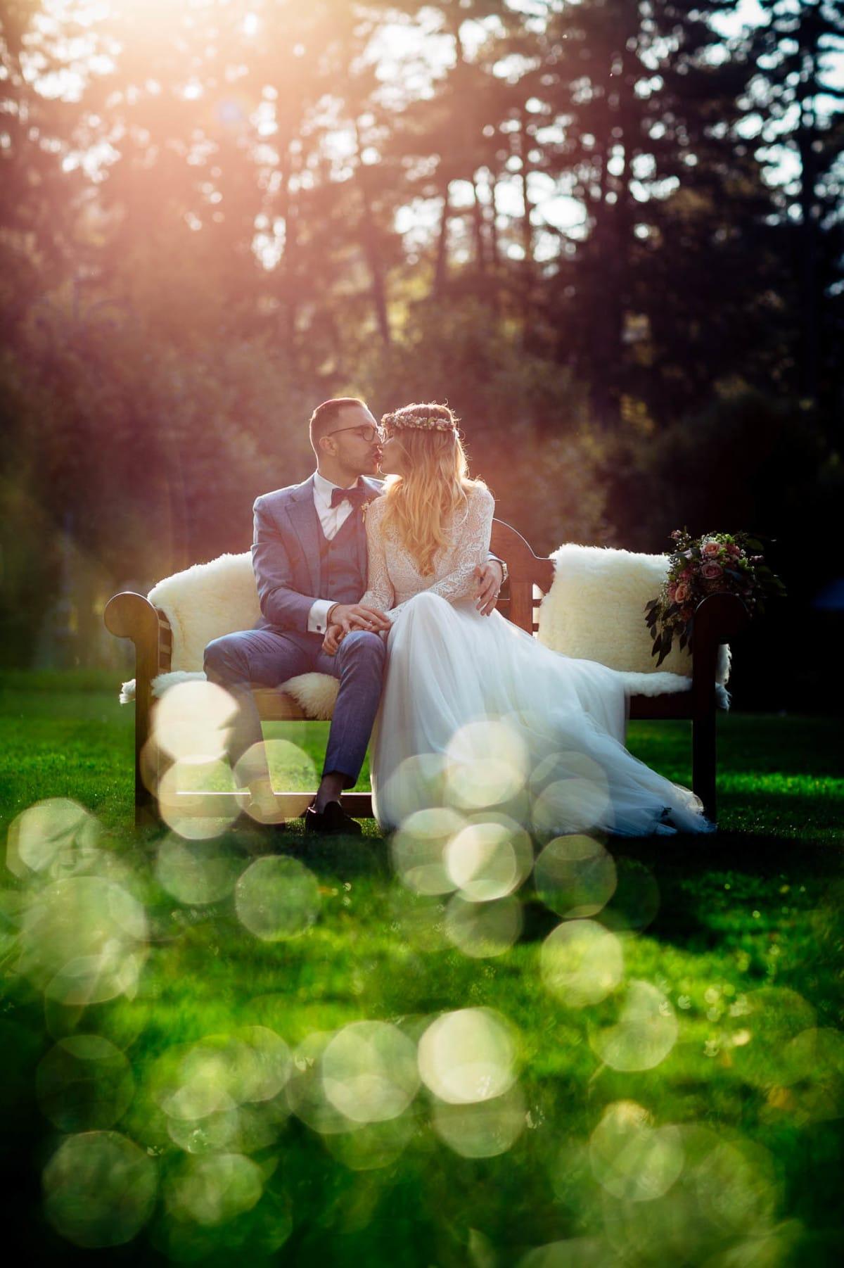 Paar küsst sich im gleissenden Sonnenlicht