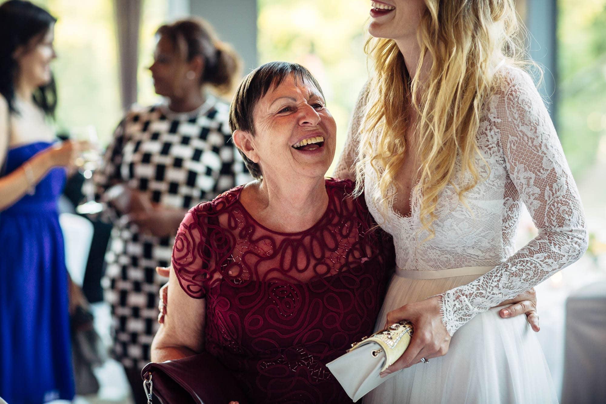 Braut und Mutter des Bräutigams lachen