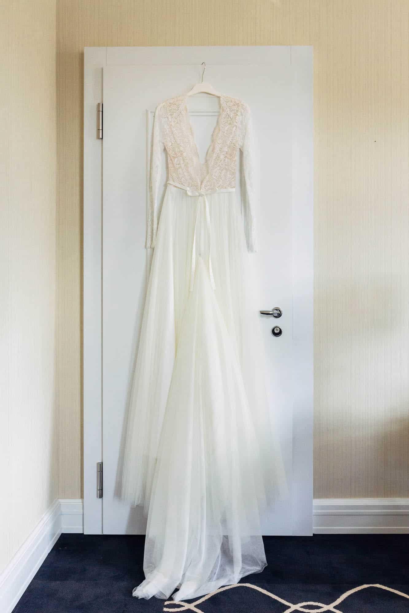 Brautkleid an Tür aufgehängt