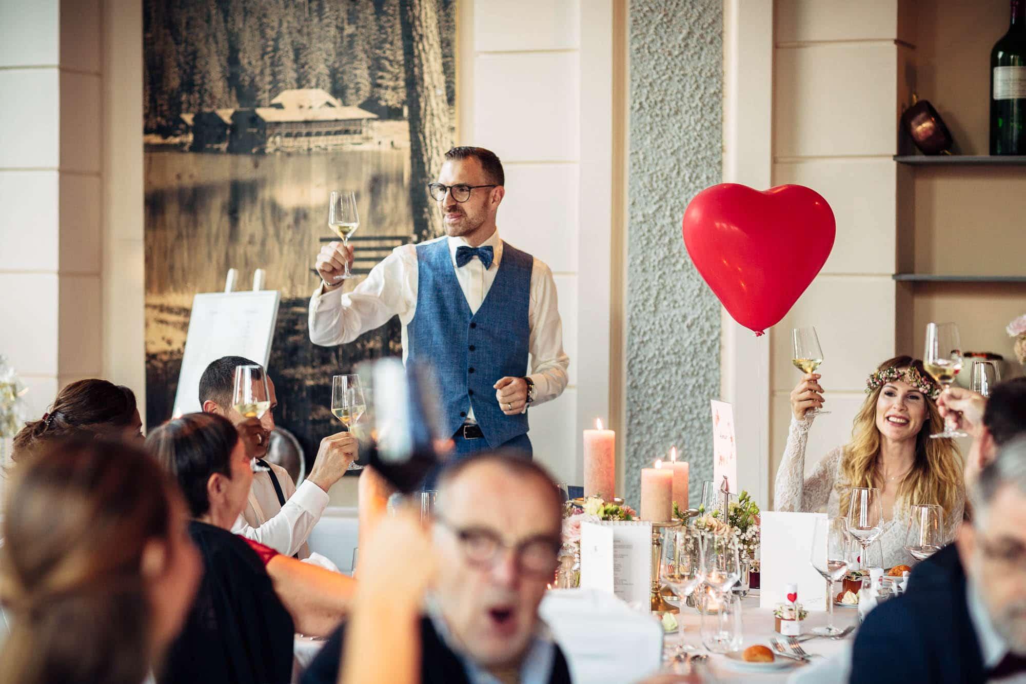 Ansprache und und gemeinsames Anstossen an der Hochzeit