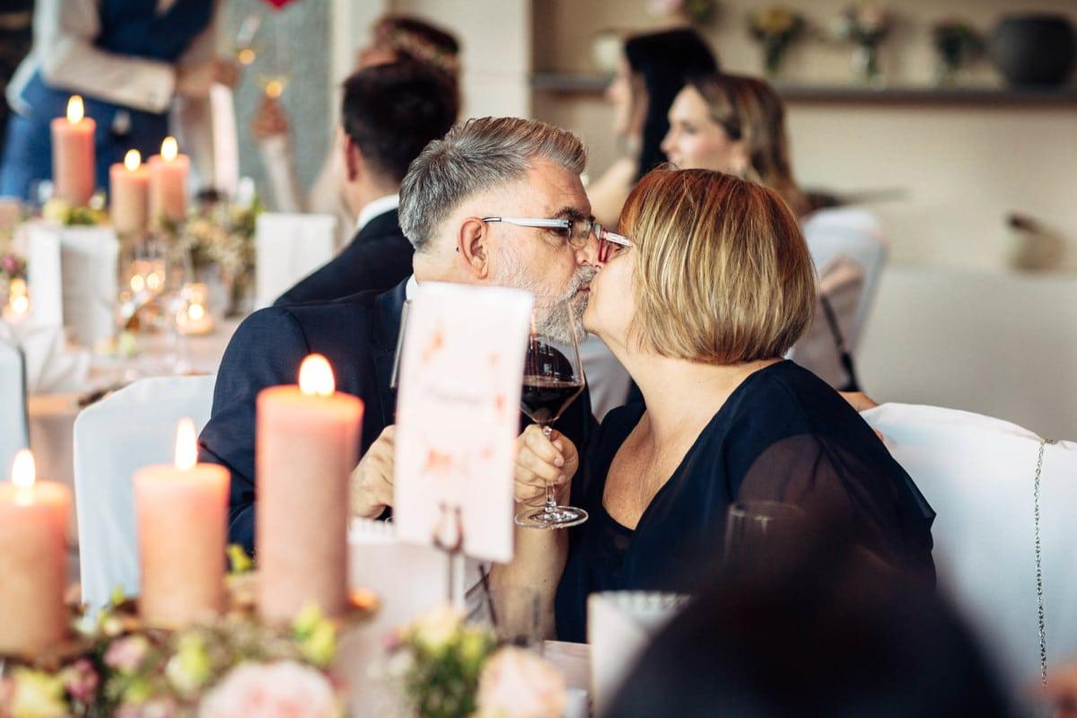 Gäste küssen sich nach dem Prosit