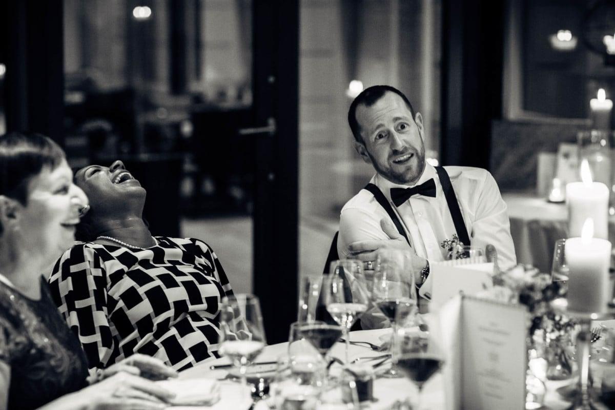 Gäste lachen ziemlich fest