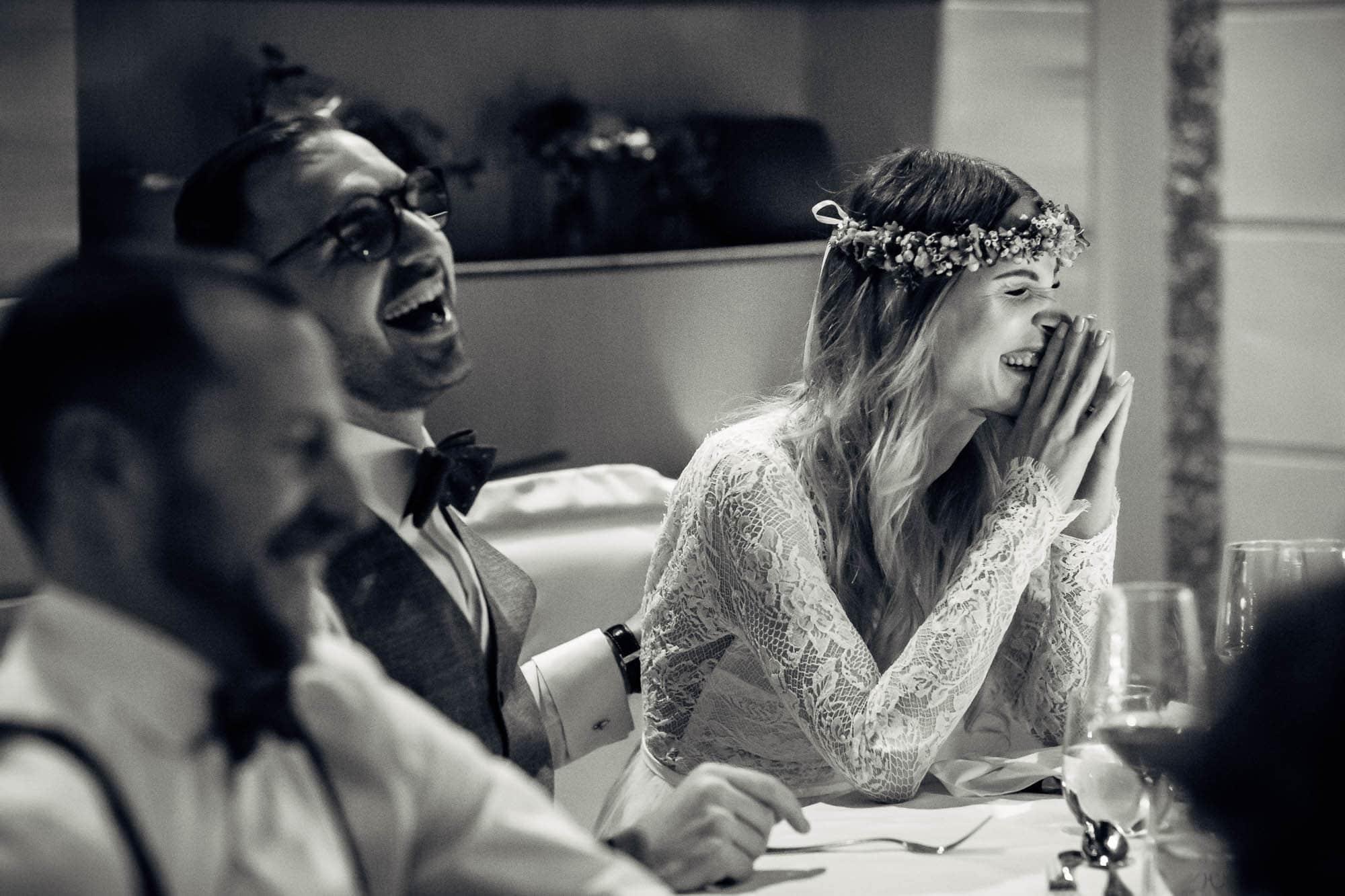 Brautpaar lacht während der Ansprache des Brautvaters