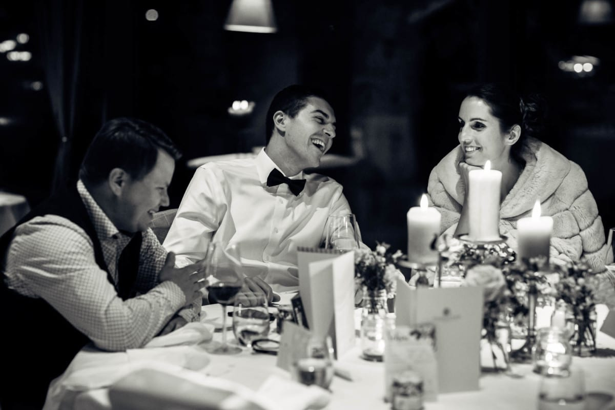Gäste lachen während Hochzeitsspiel