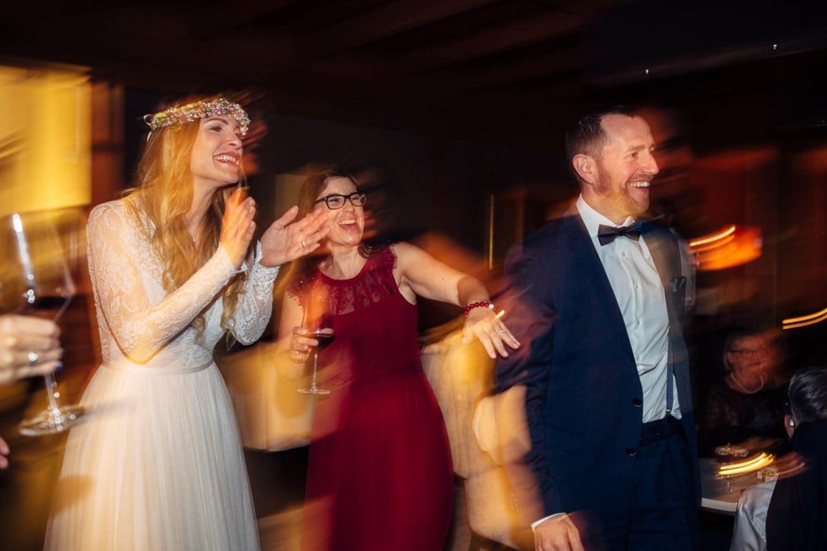 Gäste tanzen und haben es lustig