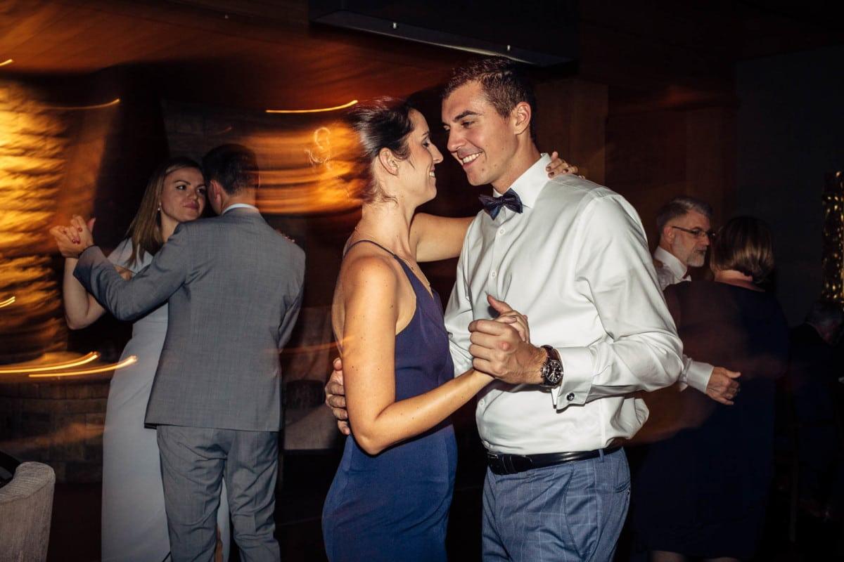 Paare tanzen an der Hochzeit