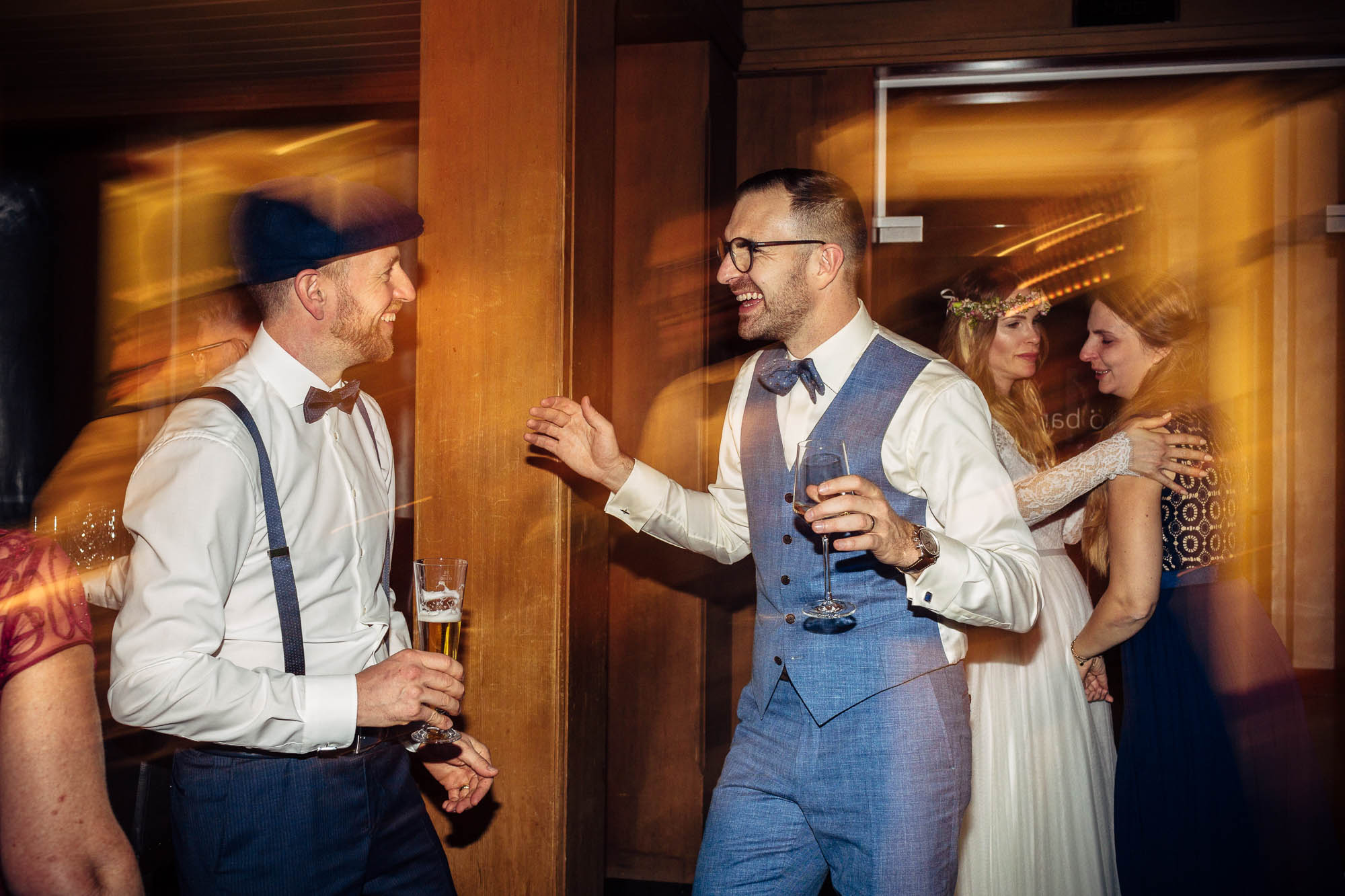 Bräutigam und Kolleg tanzen