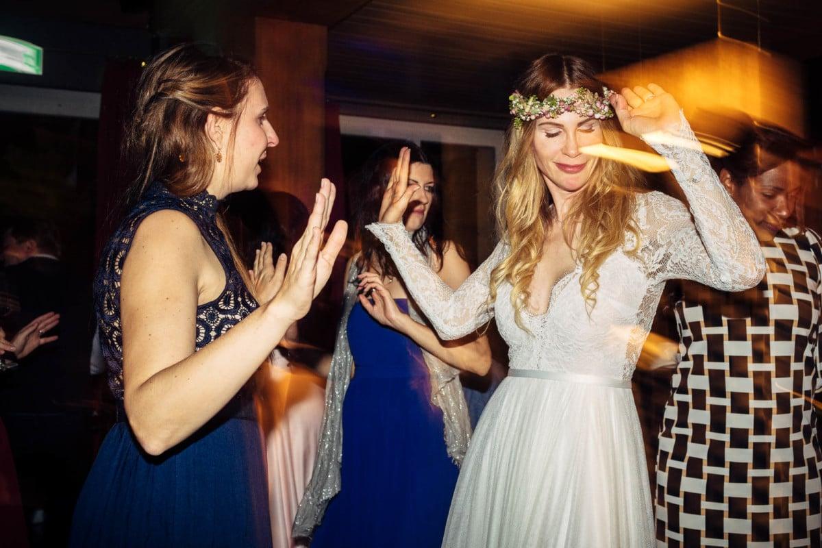 Braut und Gäste tanzen im Flow der Musik