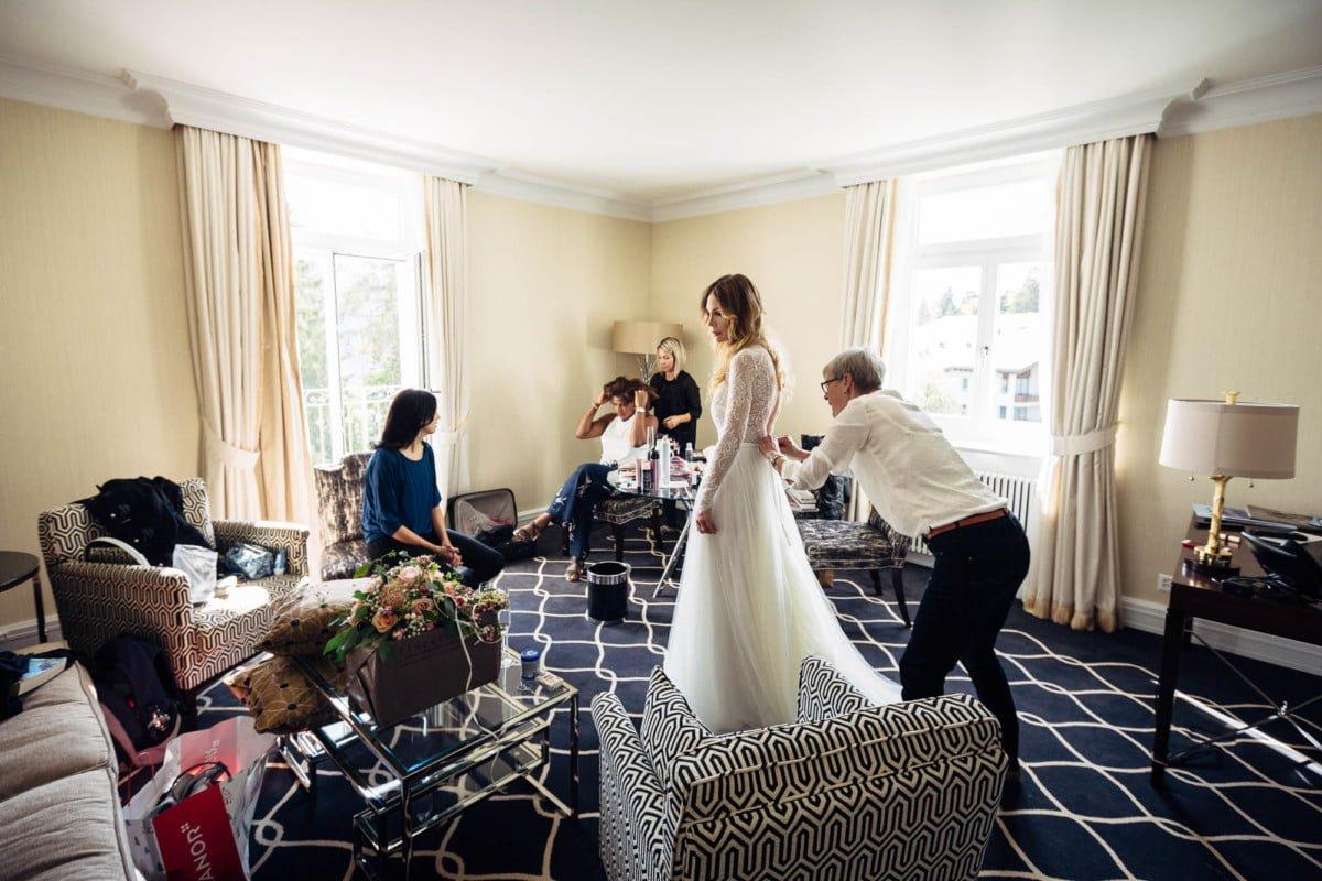 Braut wird angezogen