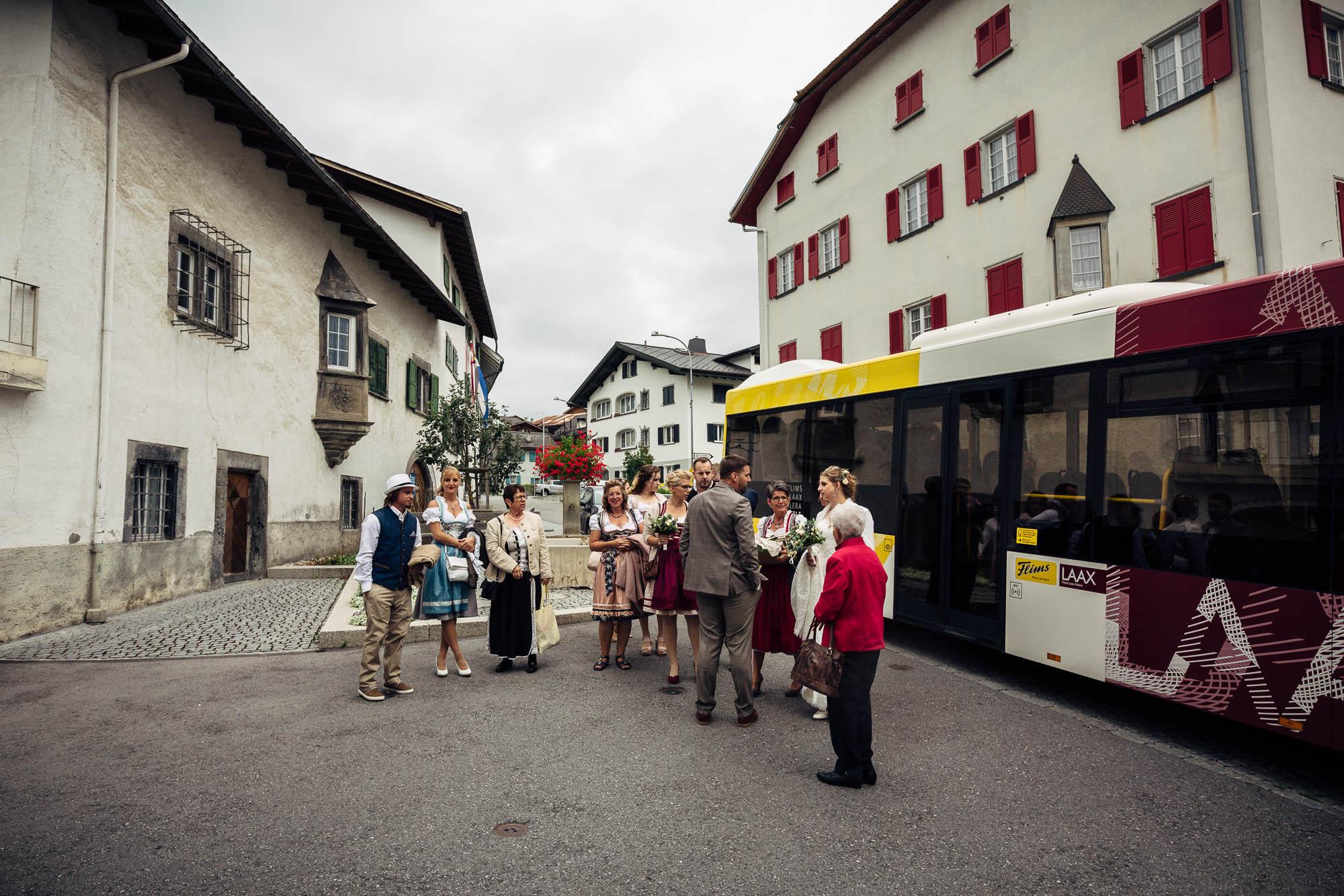 Hochzeitsgesellschaft kommt mit Bus an