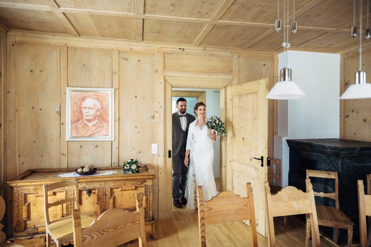 Das Brautpaar betritt das Traulokal in Laax