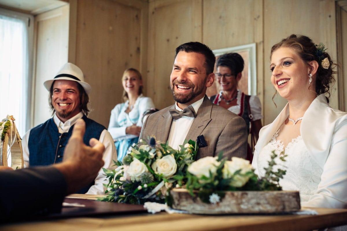 Brautpaar lacht während Ziviltrauung