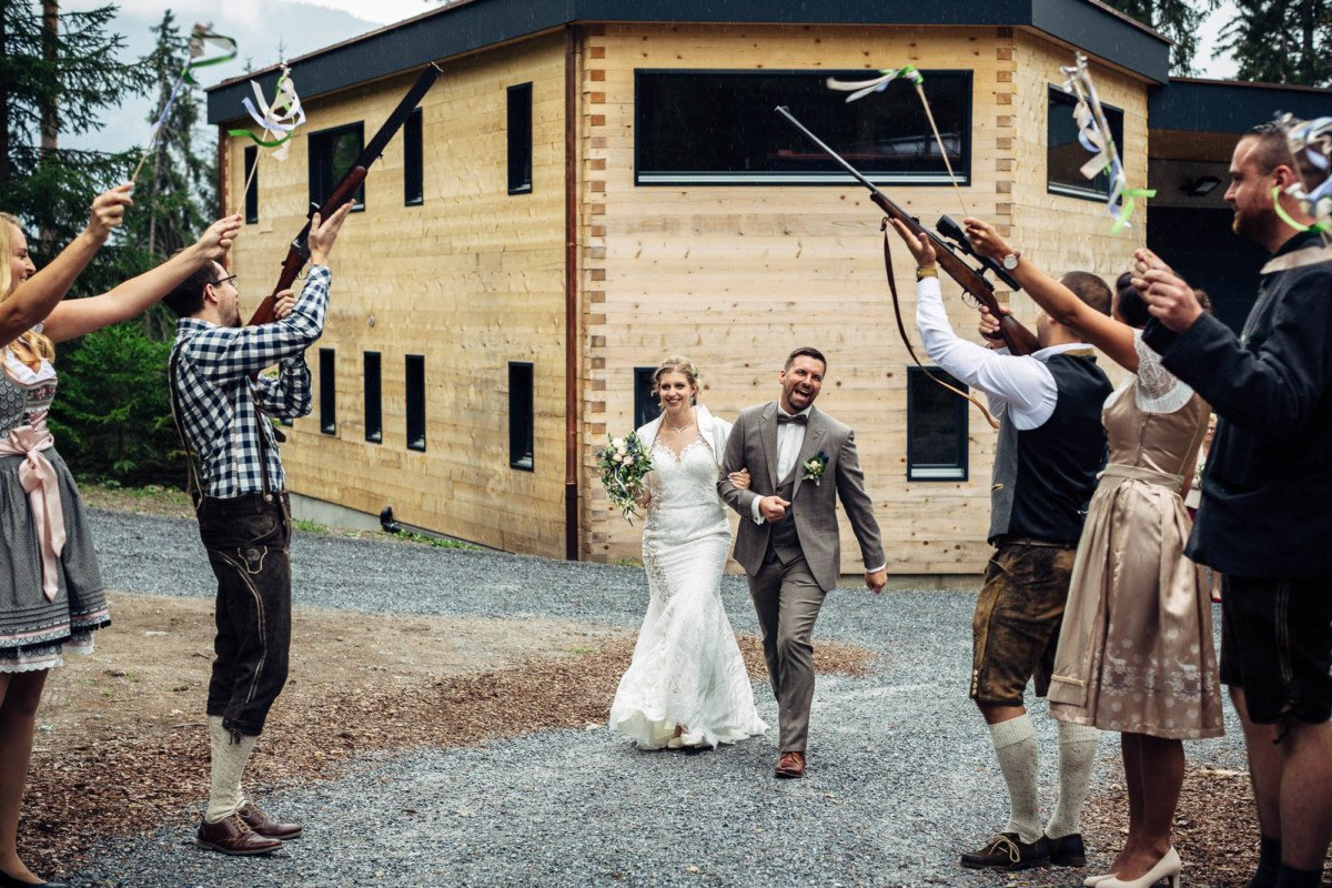 Brautpaar in der Waldhütte Salums, Laax