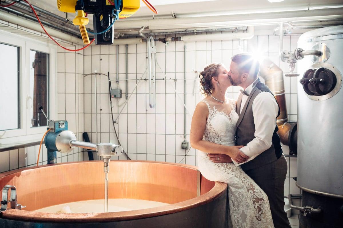 Brautpaar in der Alpkäserei Nagens