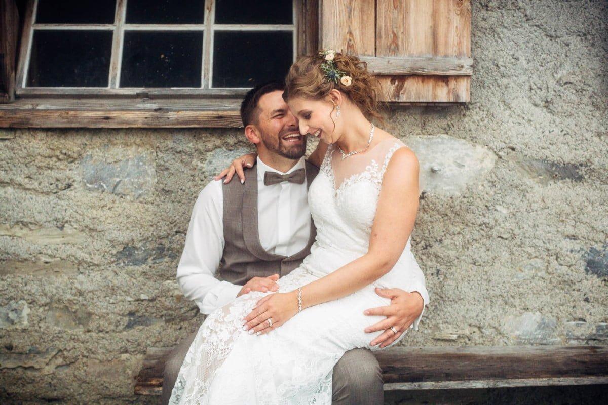 Brautpaar auf Bänklein vor Alpgebäude