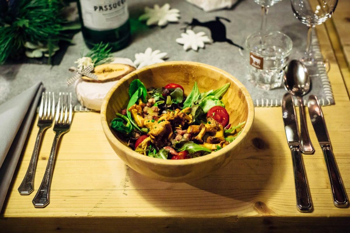Salat mit Eierschwämmen in Holzschüssel