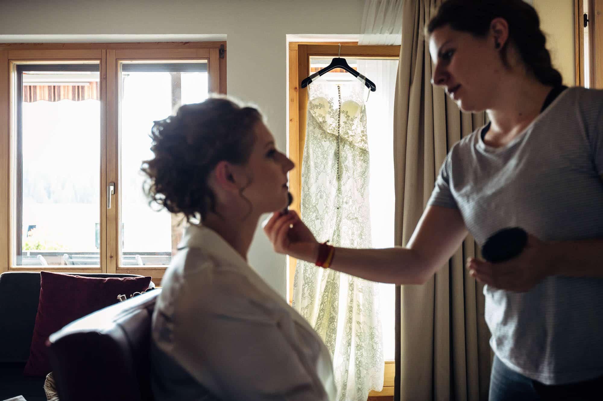 Braut wird im Laaxerhof geschminkt