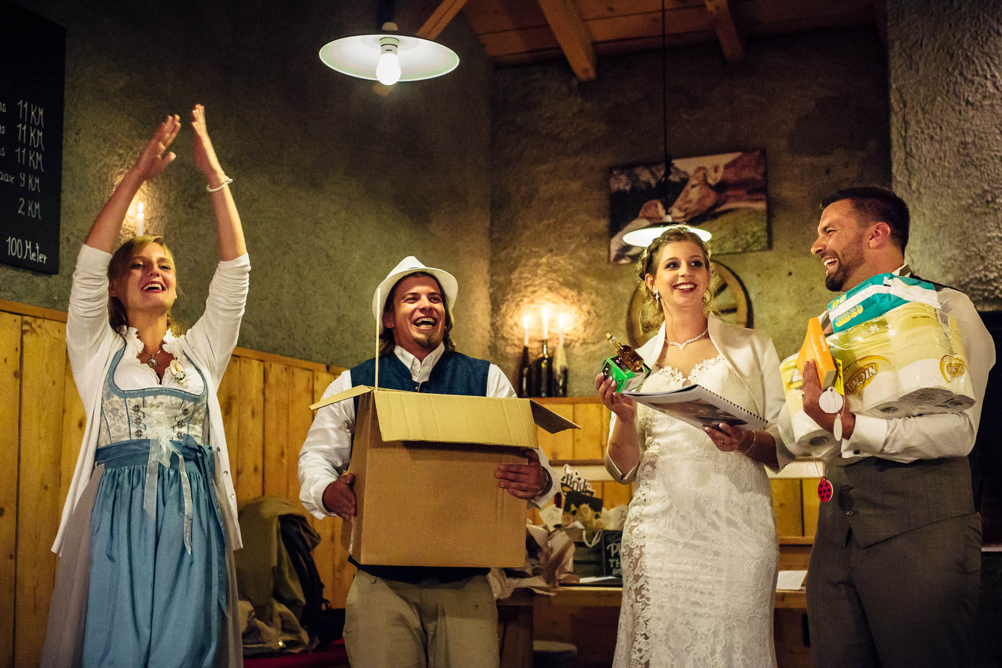 Brautpaar bekommt lustige Geschenke