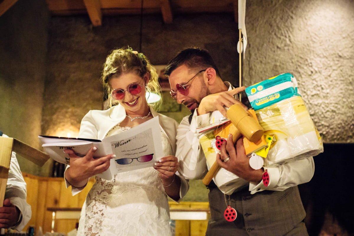 Das Brautpaar bekam eine rosarote Brille geschenkt uns musste sie anziehen