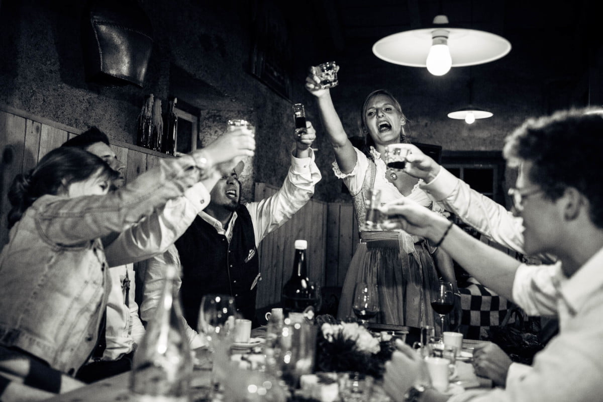 Hochzeitsgäste stossen energiegeladen zusammen an