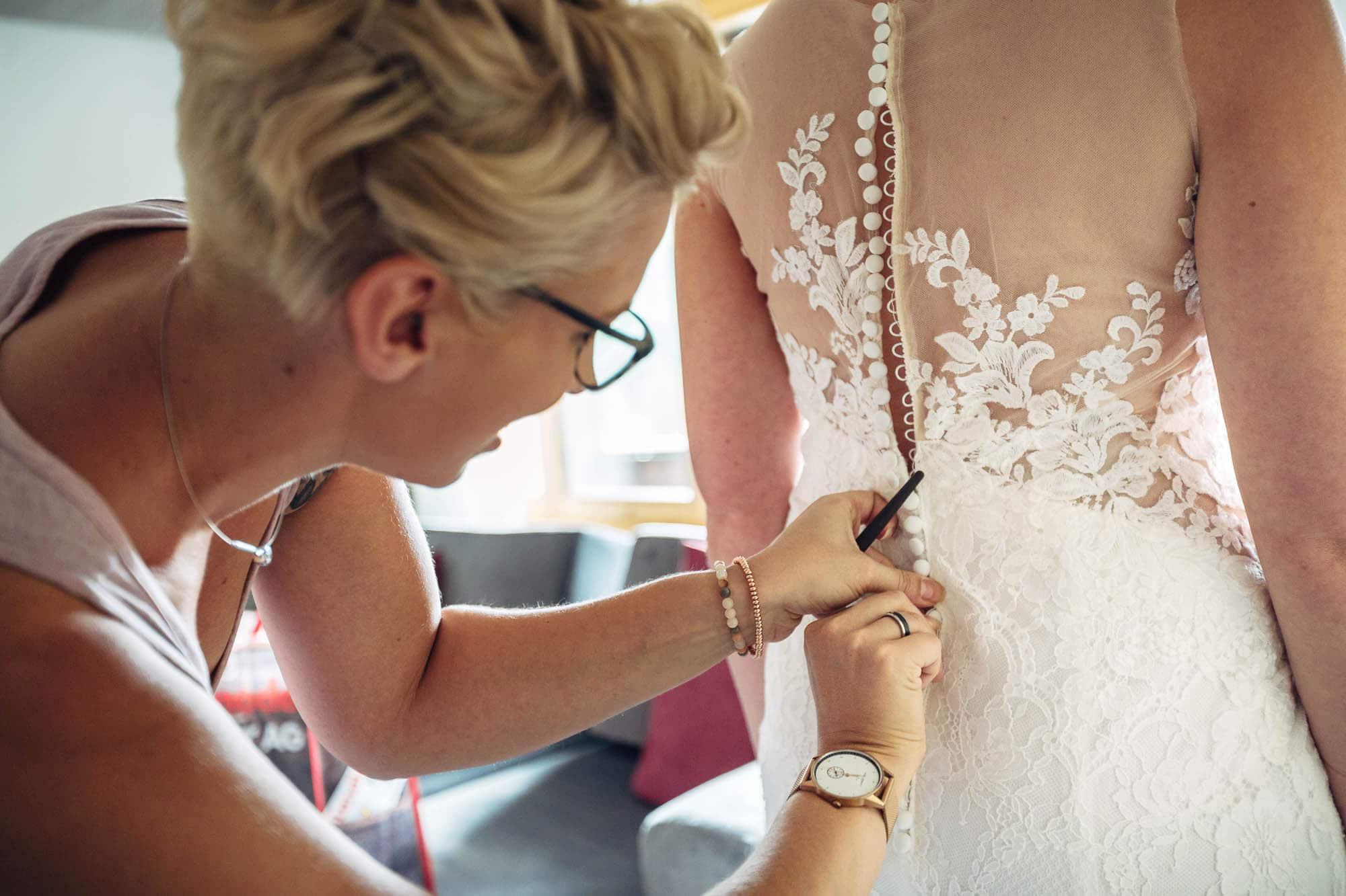 Mit Häkchen wird das Brautkleid zugeknöpft
