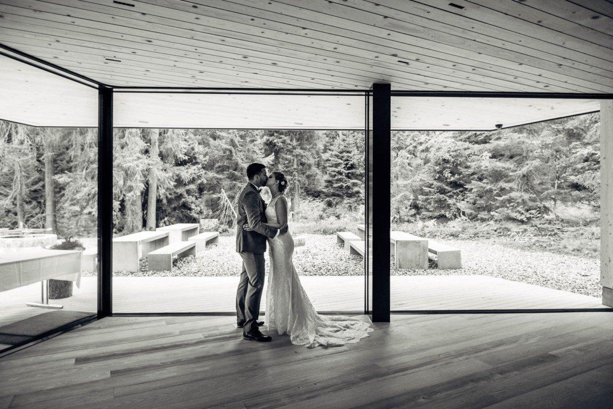 Brautpaarfotos in der Waldhütte Salums