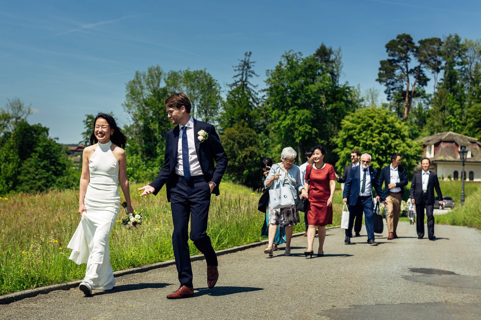 Das Brautpaar geht vom Parkplatz zum Schloss Meggenhorn