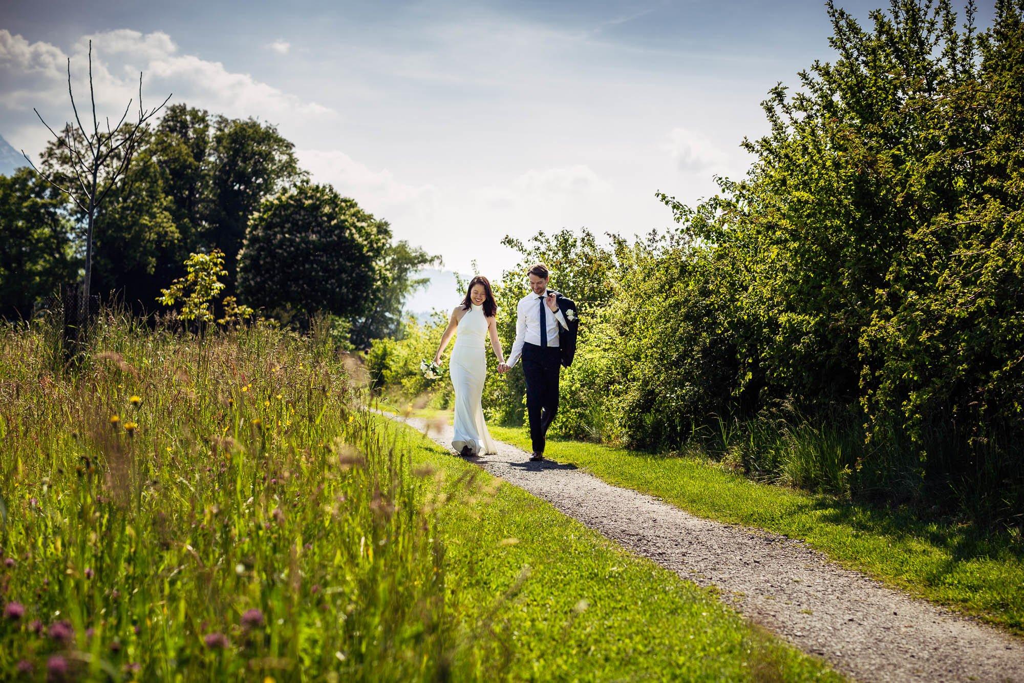 Brautpaar geht auf Feldweg