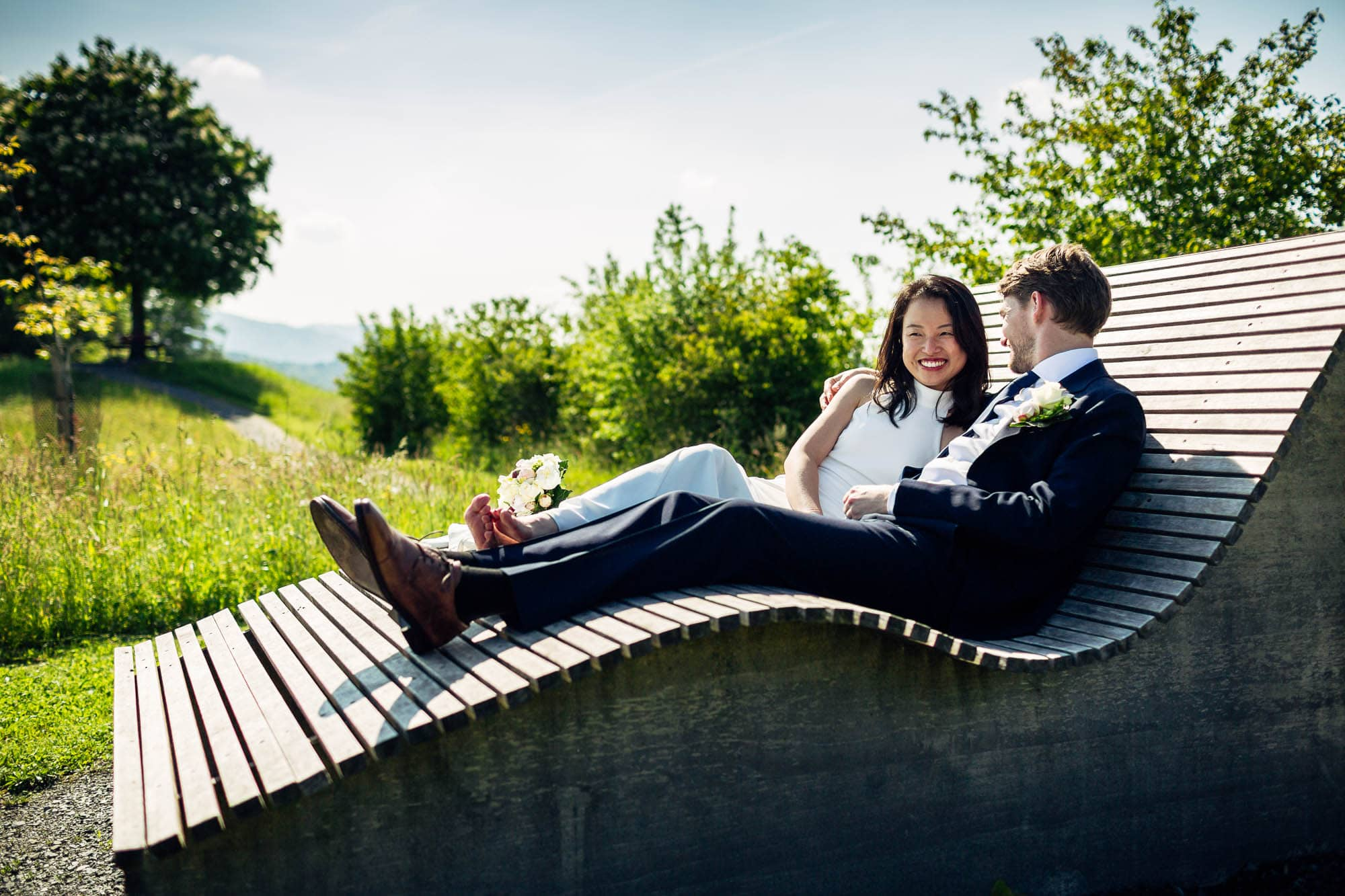 Hochzeitspaar ruht auf Holzliege aus