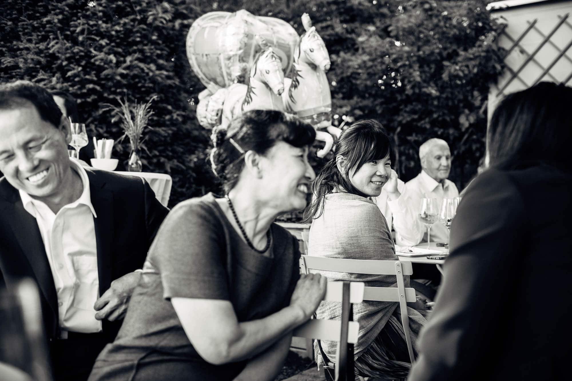 Asiatische Gäste amüsieren sich