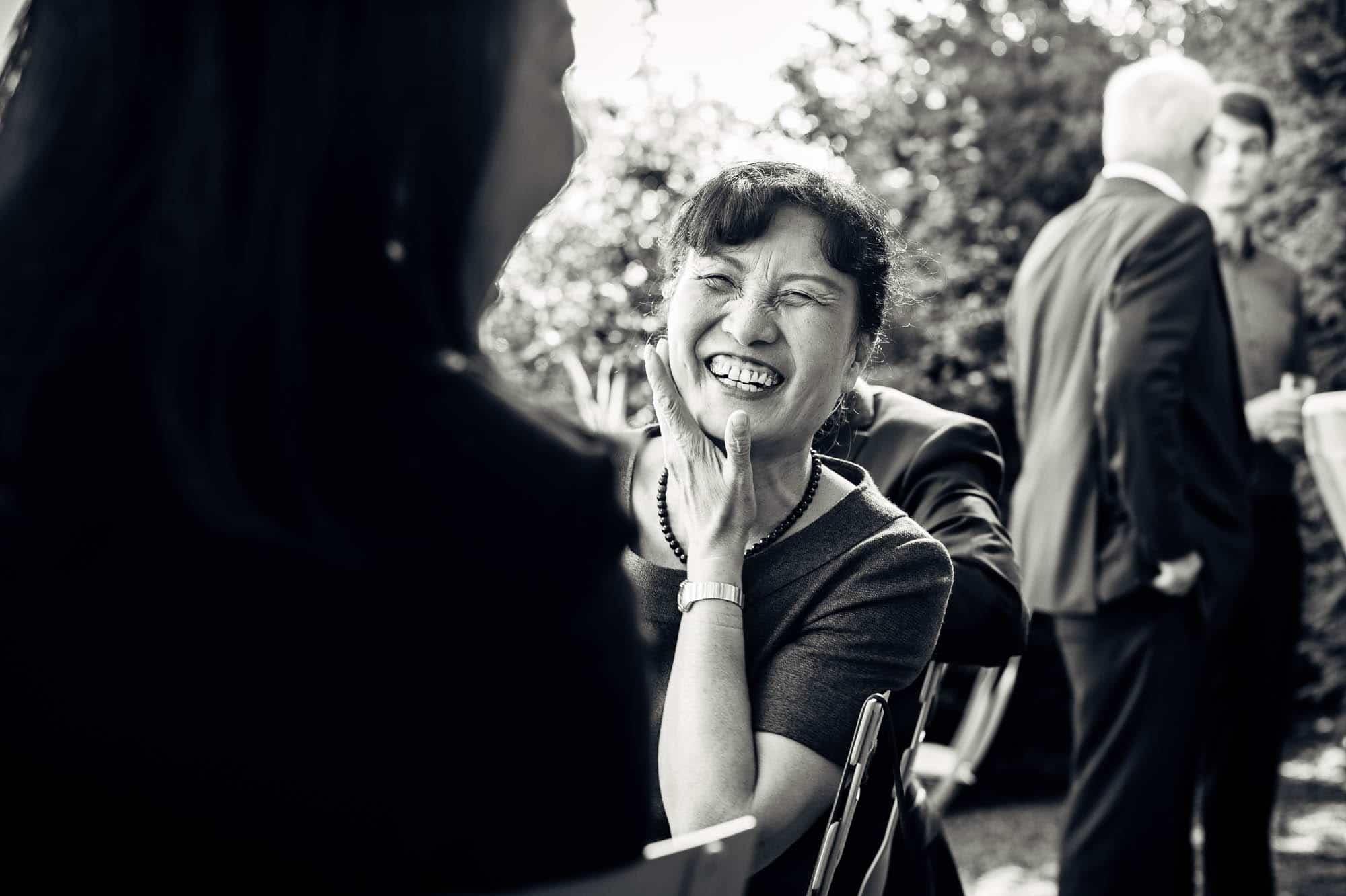 Brautmutter lacht herzhaft