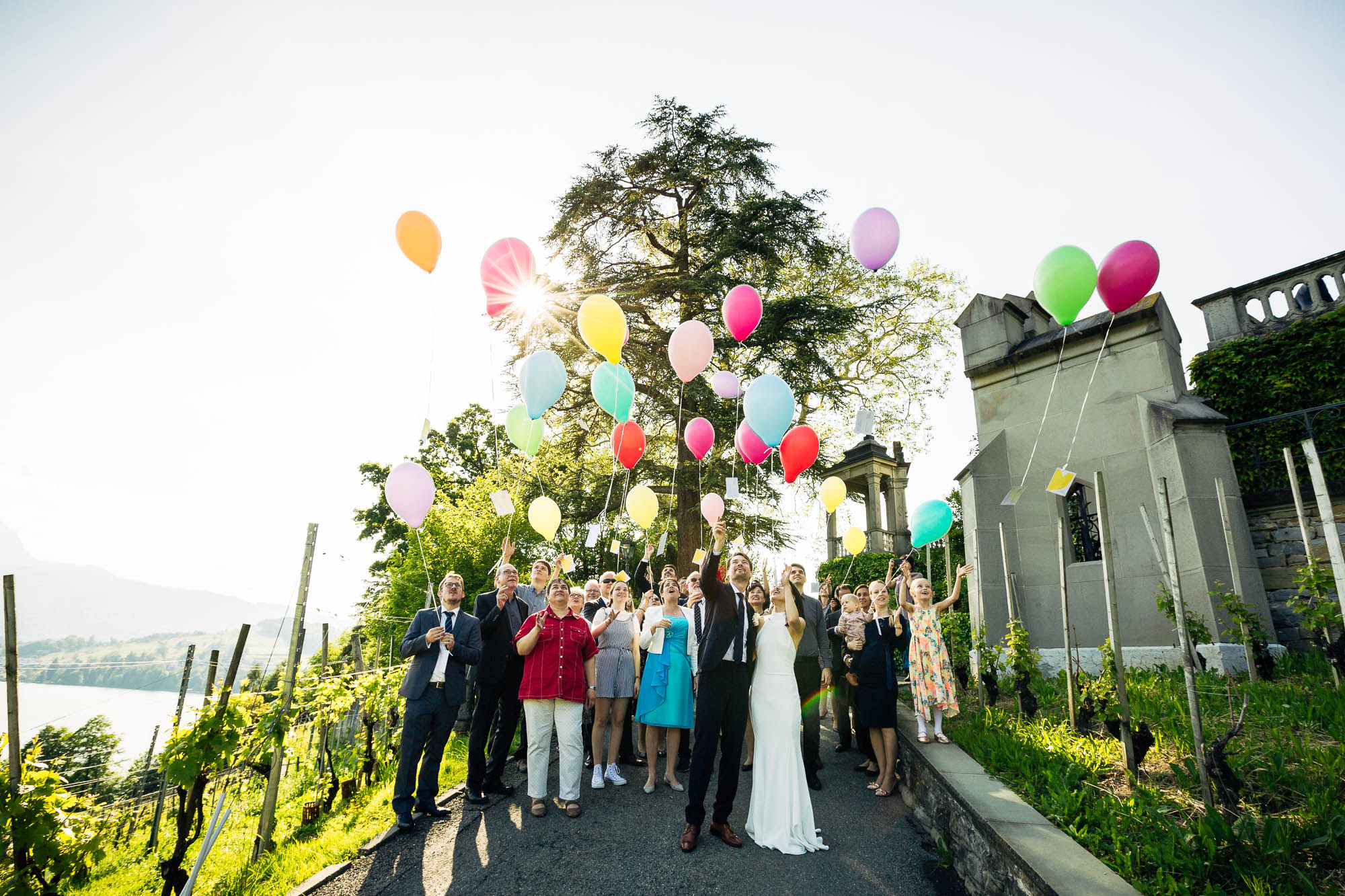 Brautpaar lässt farbige Luftballone steigen