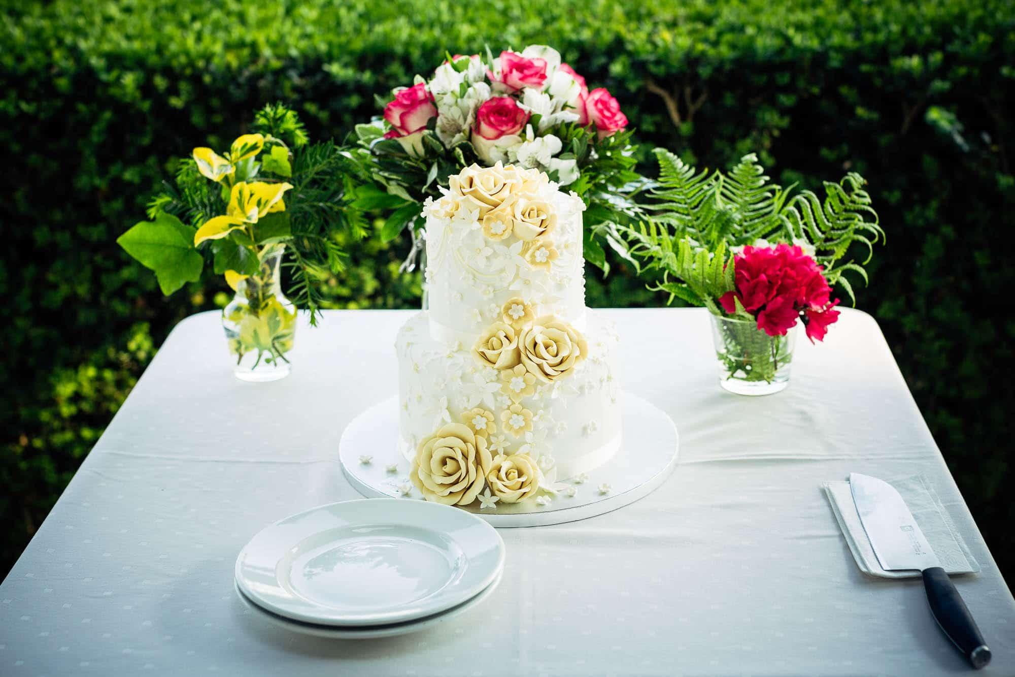 Klassisch dekorierte Hochzeitstorte