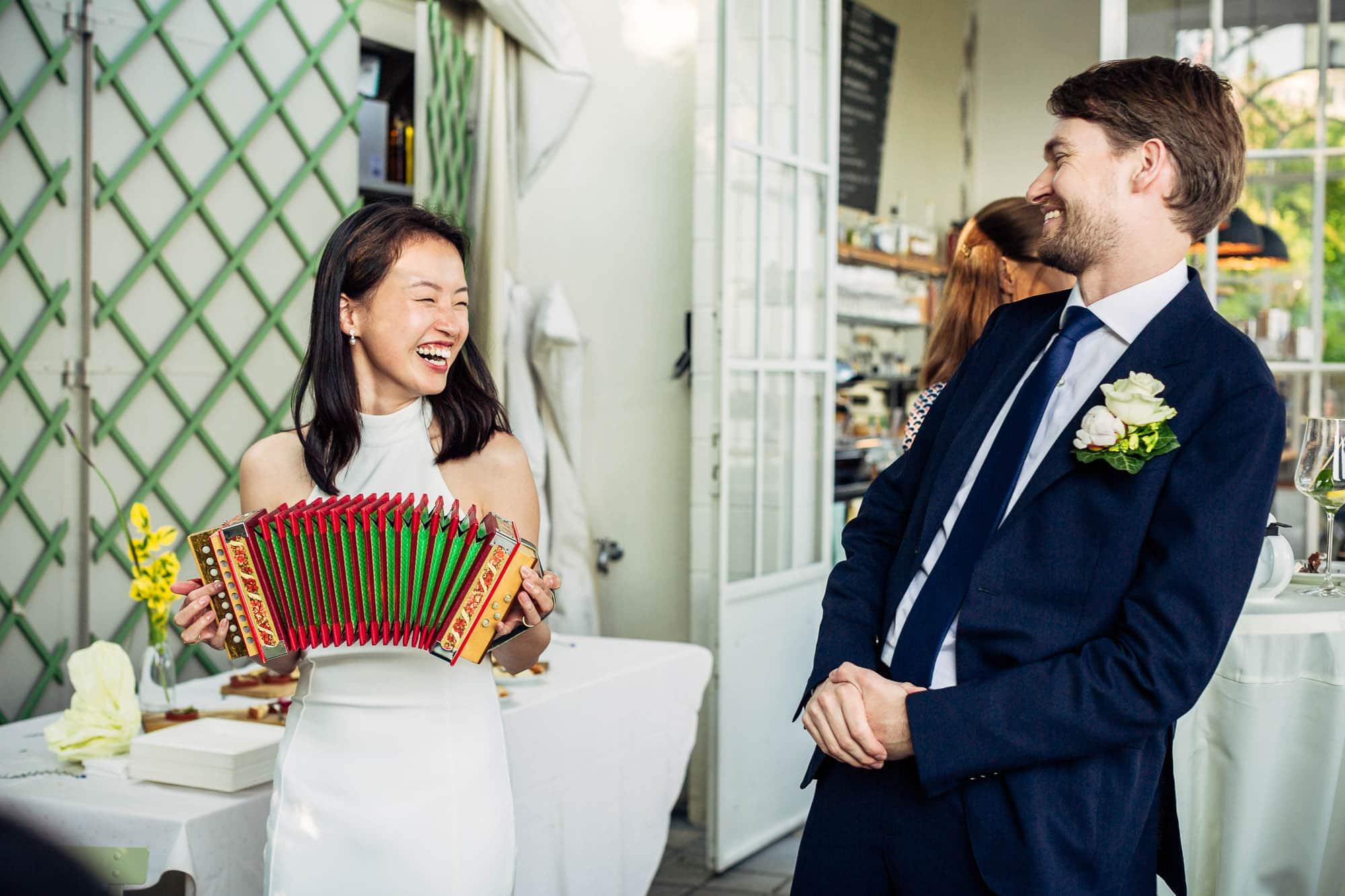 Braut spielt Handorgel, schweizer Örgeli
