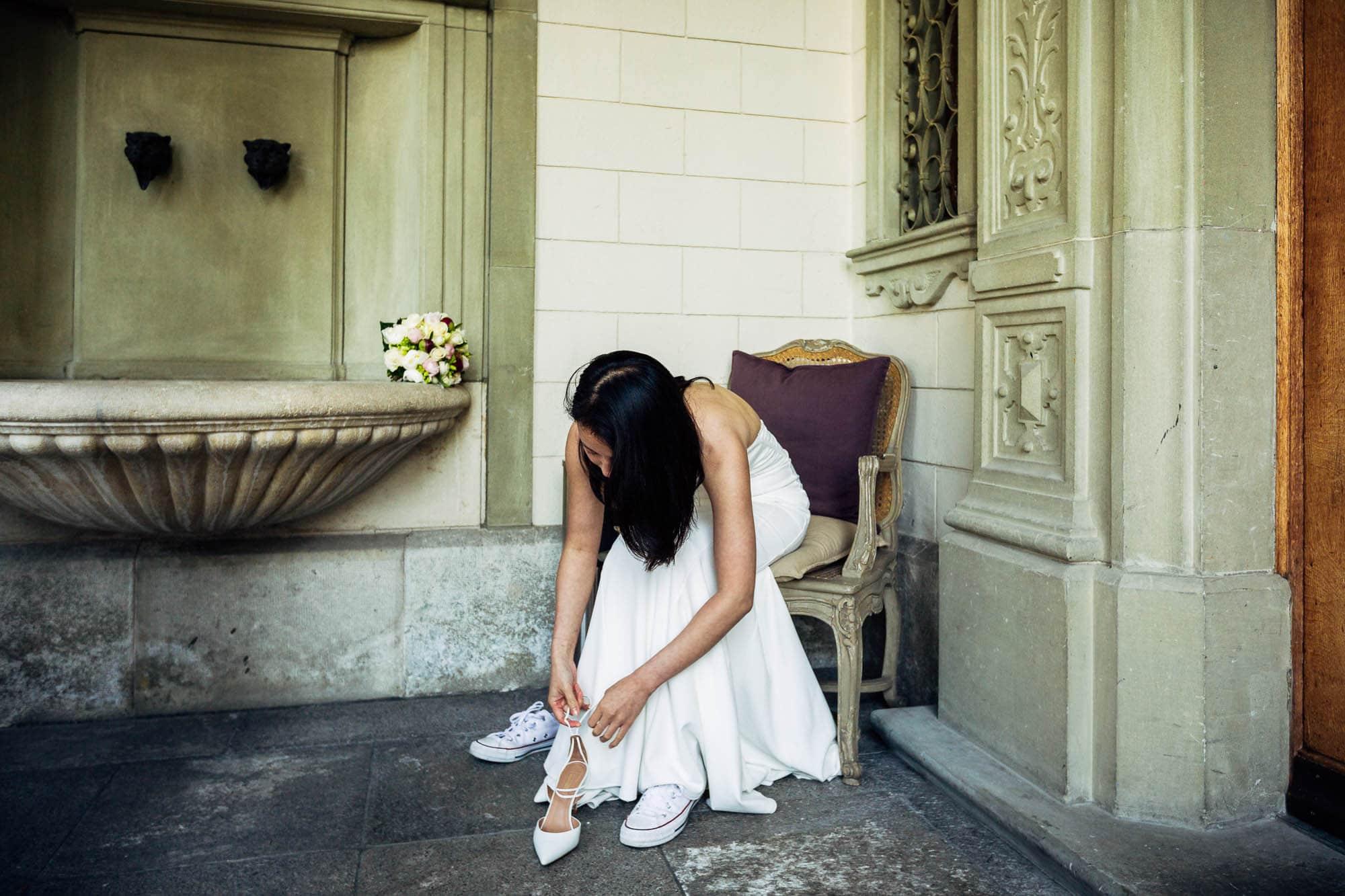 Braut wechselt Hochzeitsschuhe