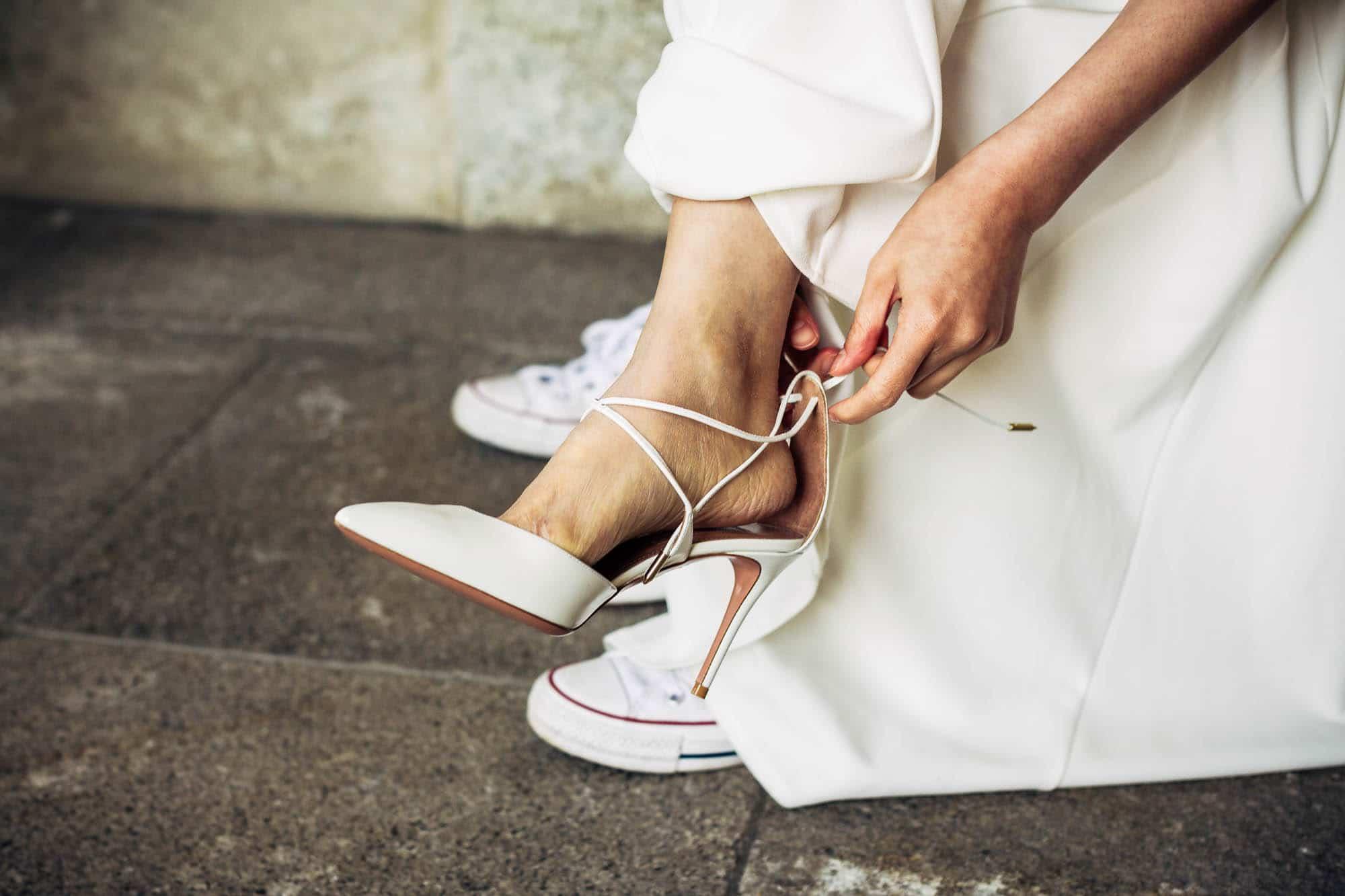 Braut zieht elegante High heels an