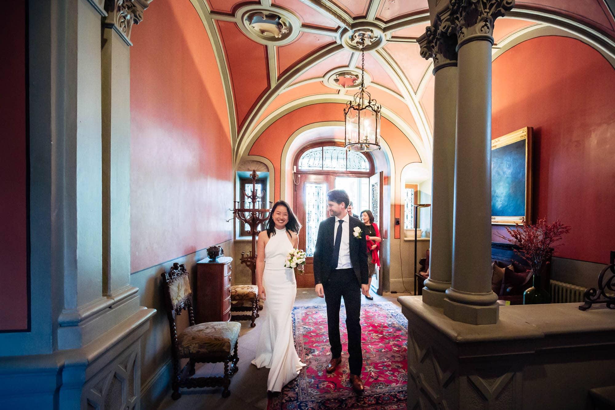 Brautpaar geht durch Foyer Richtung Trauzimmer