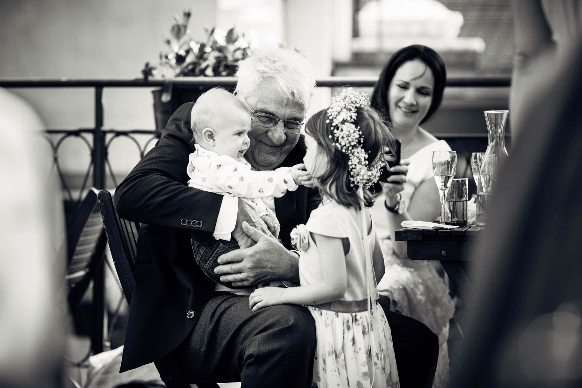Grossvater mit seinen Enkeln