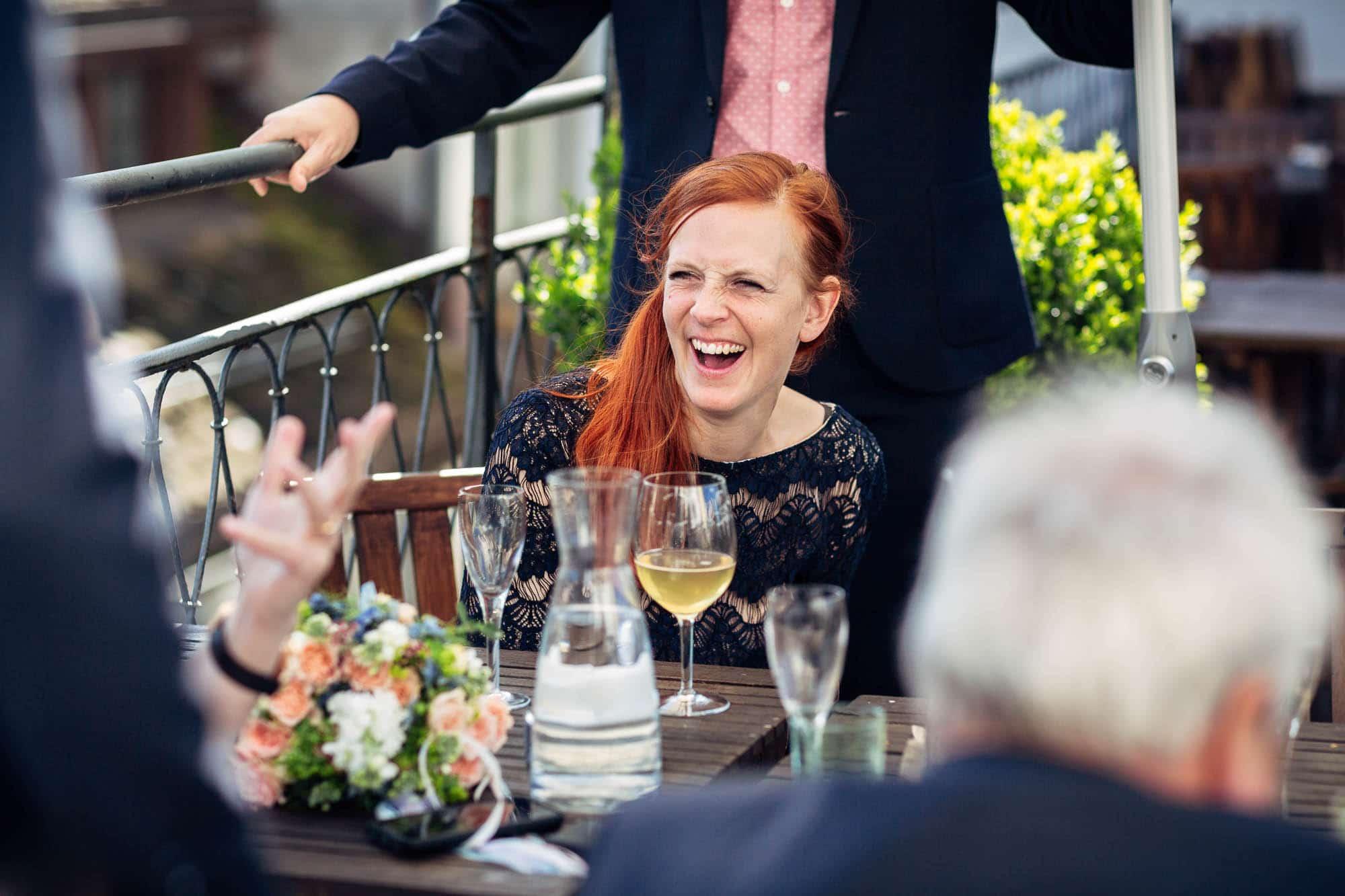 Gast lacht während einer lustigen Erzählung