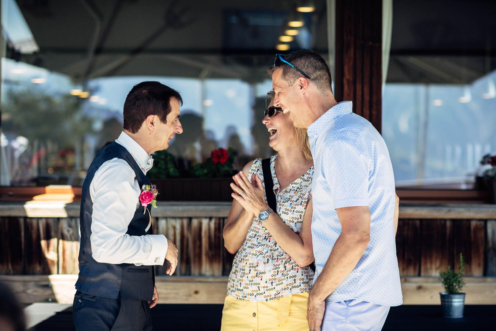 Bräutigam mit Gäste am Lachen