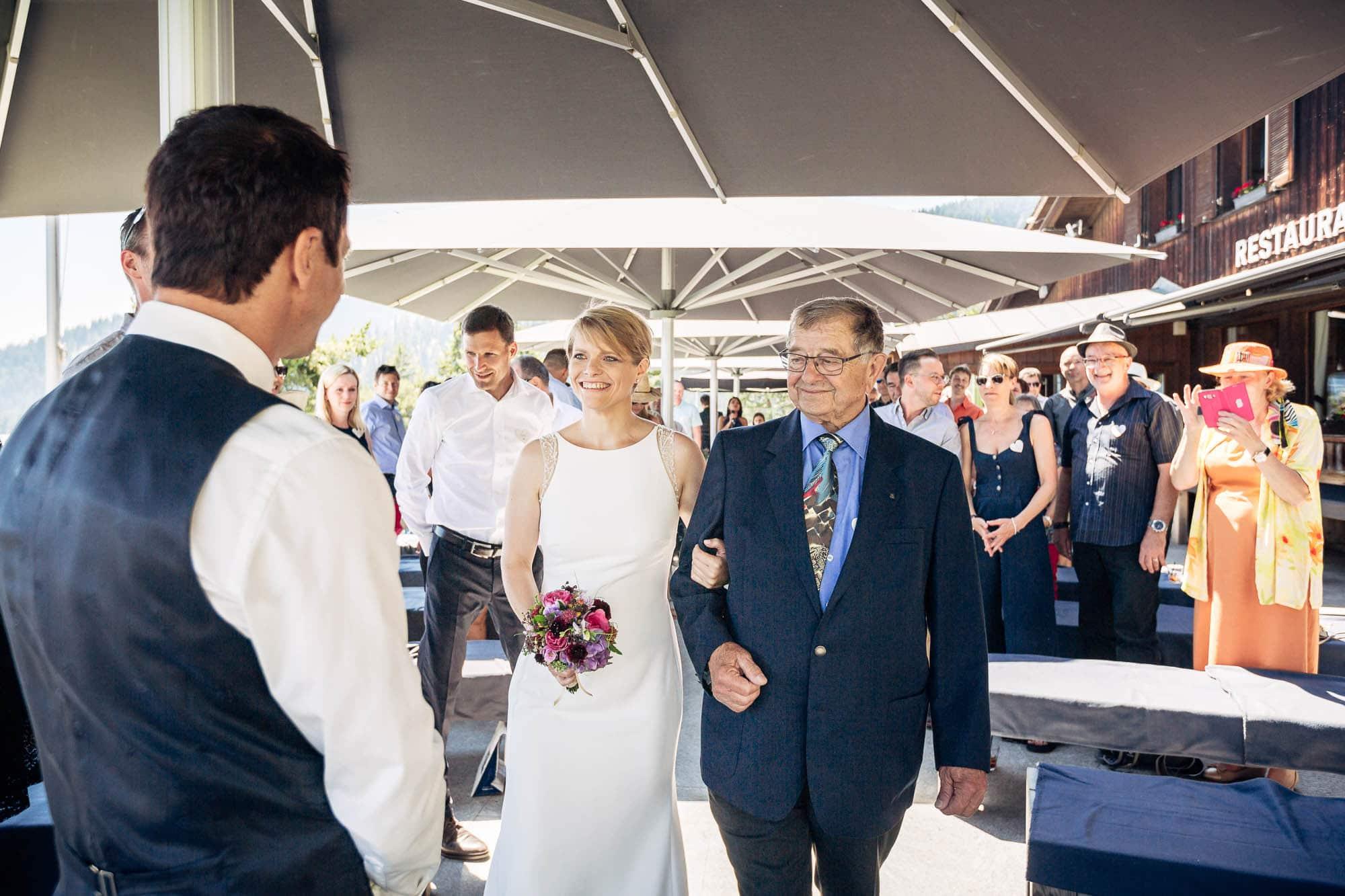 Fotos Hochzeit Flims Braut wird von Vater geleitet