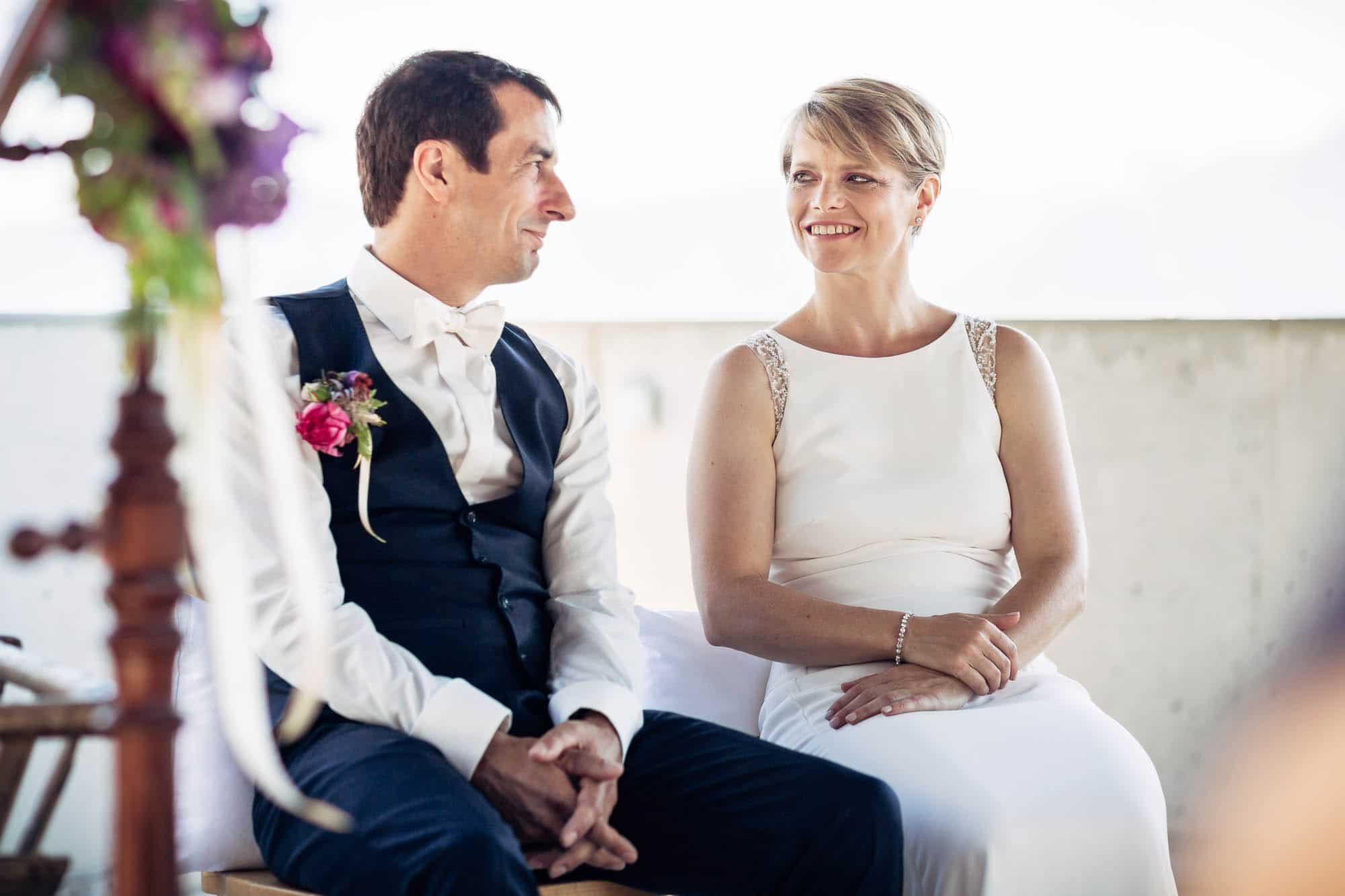 Brautpaar sieht sich verliebt an