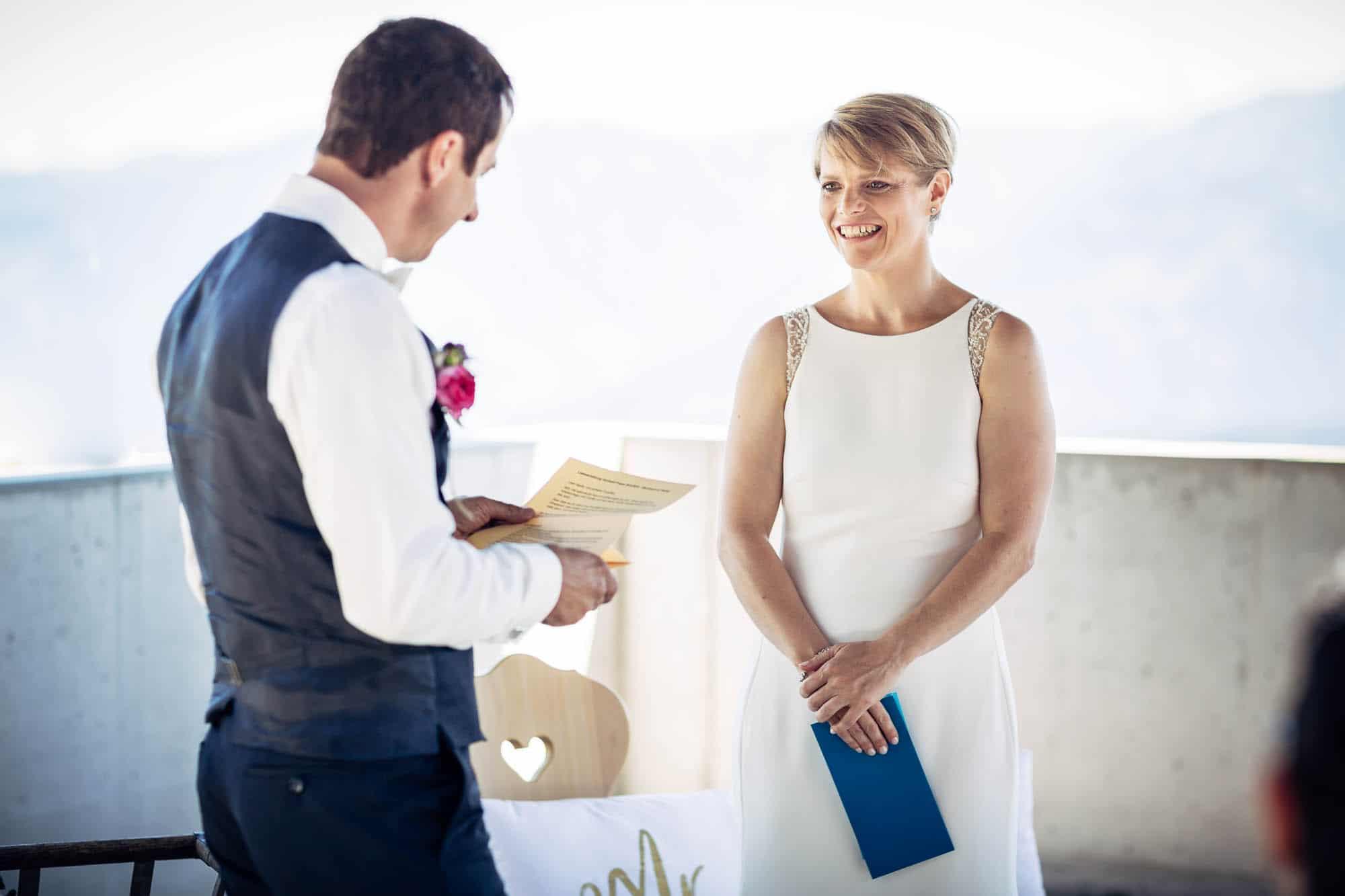 Bräutigam liest persönliches Eheversprechen vor