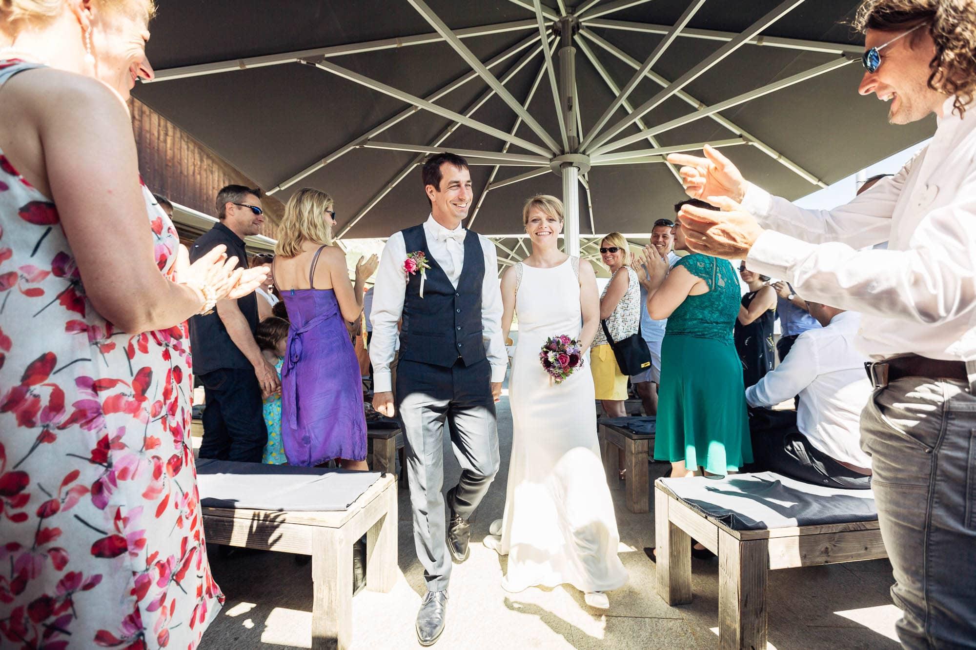 Brautpaar schreitet zum Apéro
