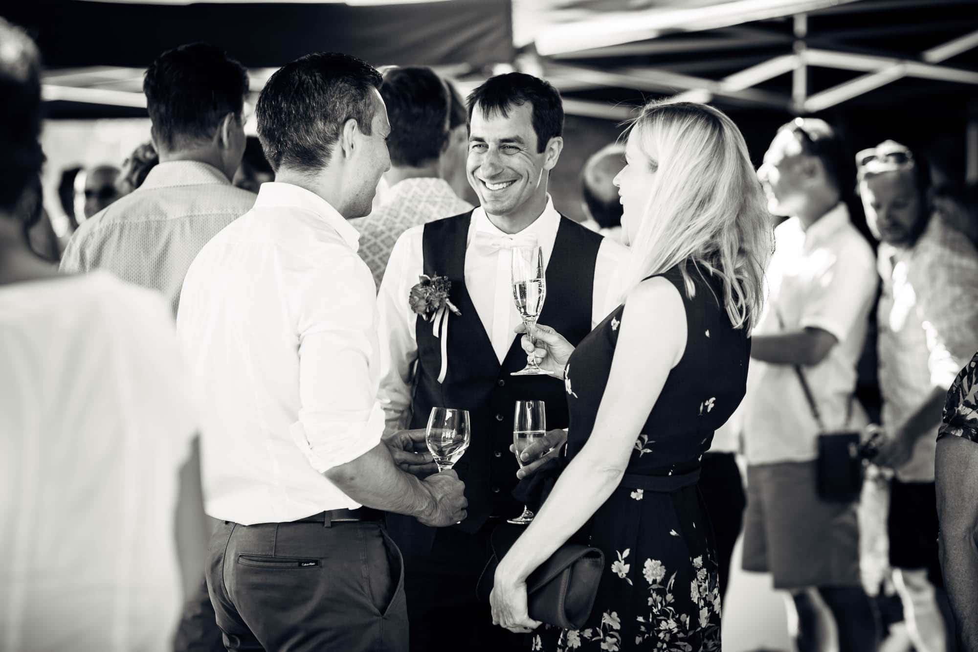 Bräutigam und Gäste lachen