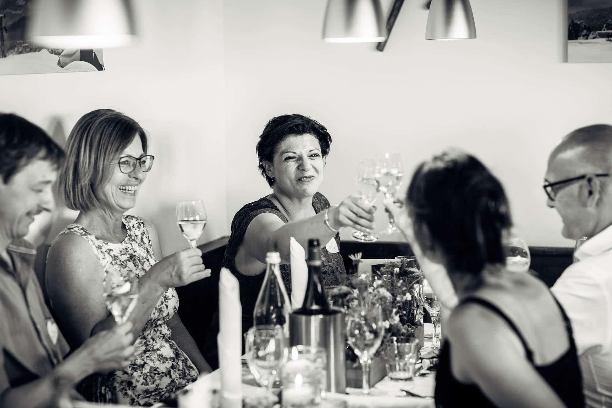 Gäste stossen mit Weinglas an