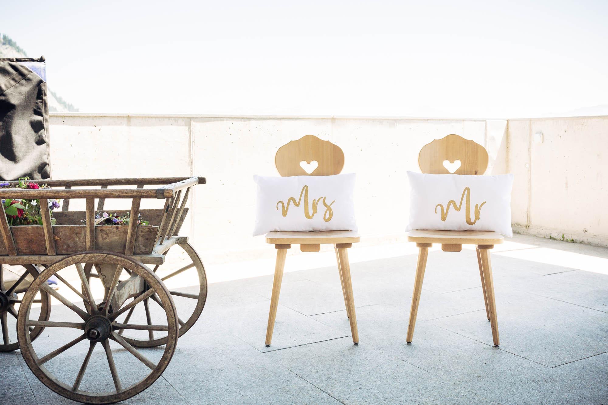 Hochzeitsfotos Flims Stühle mit Sitzkissen Mr und Mrs