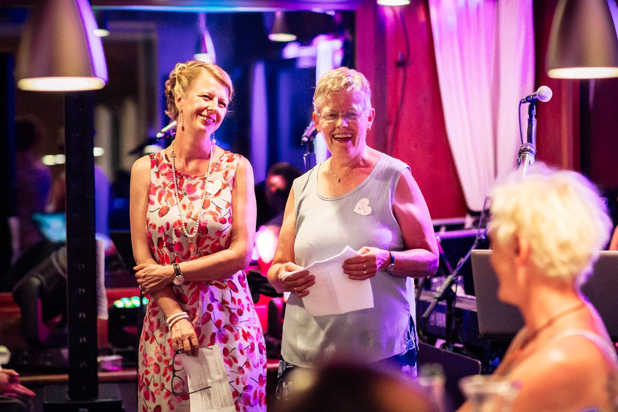 Gäste tragen lustige Rede vor